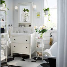 On ne vous apprend rien si on vous dit que le blanc est l'allié des petites pièces ! Il accroche la lumière et crée une impression d'espace. Ainsi, pour agrandir une petite salle de baind, on choisit du mobilier blanc, on garde ses murs blancs et on opte pour de la petite décoration blanche : boites de rangements, verres à dents, cache-pot pour les plantes...