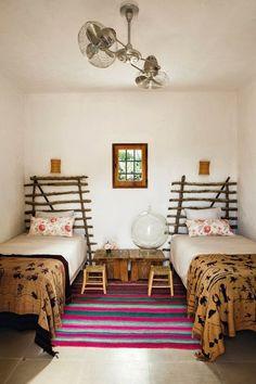petite cour intérieure ibiza | chambre enfants têtes de lit originales faites à la main