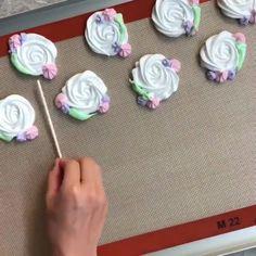 """Suspirando ideias on Instagram: """"Rosetinhas lindas 🍭🌹 By @dearharley_ • • • • • Siga @suspirando_ideias e receba inspirações diariamente. 💖"""" Merguine Cookies, Icebox Cookies, Meringue Pavlova, Meringue Cookies, Chocolate Dipped, Chocolate Cookies, Macarons, Meringue Kisses, Candy Making"""