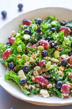 Twelve Superfoods Salad Trying to eat healthier MAKE THIS easy flavorful salad Loaded with everything HEALTHY and it tastes awesome Kale quinoa edamame blueberries grape. Healthy Salads, Healthy Dinner Recipes, Vegetarian Recipes, Healthy Eating, Cooking Recipes, Vegetarian Chicken, Cooking Kale, Delicious Recipes, Cooking Tips