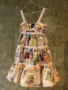 Vestido de papel de Aspesi Recycled Costumes, Recycled Dress, Paper Fashion, Fashion Art, Fashion Design, Structured Fashion, Paper Clothes, Newspaper Dress, Recycled Fashion