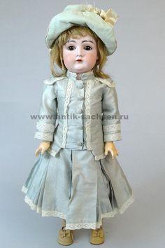 Антикварная немецкая кукла выпущена на фабрике Johann Daniel Kestner в 1897-1900 годы. Размер куклы 52 см. На голове маркировка производителя «G Made in Germany 13 129».  #dolls #dollcollection #антикварнаякукла #poupee #SFBJ #oldtoys #фарфороваякукла #кукла