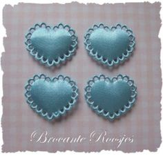 (H-005) 4 satijnen hartjes met kantje - lichtblauw