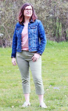 Petit look printanier. Veste en jean, corsaire pantacourt kaki, t-shirt rose poudré doré. Grain de Malice, Pediconfort, MOA.