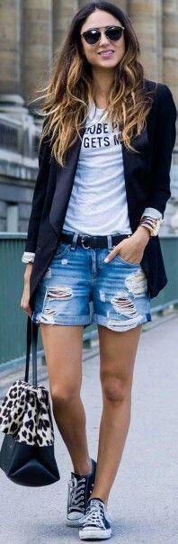 Polera blanca estampado negro + short jeans + blazer negro + zapatillas