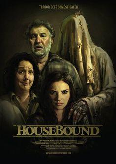 Ev Hapsi Hd izle, Housebound Full izle, Kyle Bucknell adlı kadın arkadaşı ile karıştığı bir soygunda dolayı ev hapsine mahkum edilmektedir. Çarptırıldığı