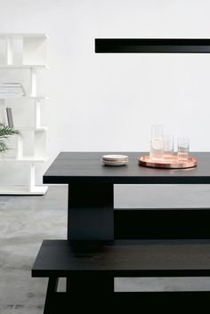 Solid wood table FAYLAND and bench FAWLEY by David Chipperfield in jet black oak. Pendant light: SPAN by Michael Raasch. Tray: HABIBI in solid copper by Philipp Mainzer. / #e15