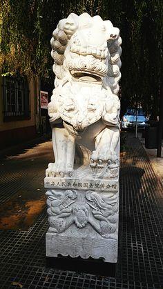 """Barrio Chino """"Leones de Buda"""" cada estatua pesa 3500 kilos, mide 2 mts. de altura y fue hecho en una sola pieza de jade blanco. Según la tradición, tocar la pelota tallada q lleva trae BUENA SUERTE!"""