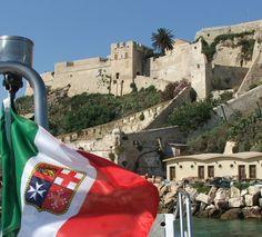 Bandiera italiana che sventola sullo sfondo delle Tremiti