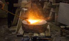 Feuer und Flamme für die Arbeit am Stein. Die starke Hitze rauht den Naturstein auf und macht Stufen tritt- und rutschfest.