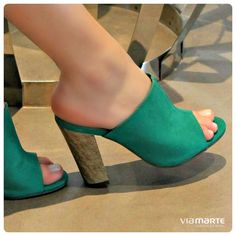 Mules Shoes, Pumps Heels, Shoes Sandals, Pretty Shoes, Beautiful Shoes, Organiser Son Dressing, Cool High Heels, Pointed Loafers, Cute Womens Shoes