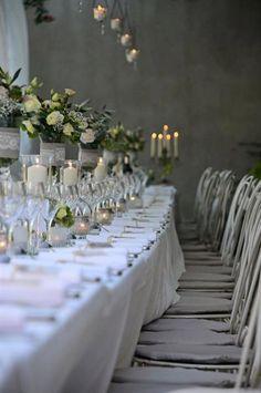Banquet de mariage sous la pergola du château de Riveneuve. www.votre-chateau-de-famille.com