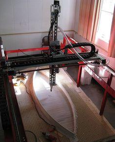 BIG-RED-impresora-3D-de-gran-formato-que-utiliza-residuos-plasticos-fabricando-una-canoa-a-partir-de-250-envases-de-leche