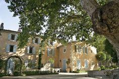 L'hôtel Baumanière Les Baux de Provence http://www.vogue.fr/lifestyle/voyages/diaporama/la-baumaniere-oustau-cabro-dor-hotel-les-baux-de-provence-saint-remy/33834#lhotel-baumaniere-les-baux-de-provence