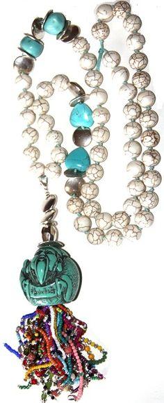 Esta realizado en hilo de algodón, turquesa, rocalla, zamak, cristal, resina, piedras semi preciosas, etc. Medida collar: 80 cm