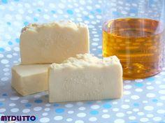 Tuhý žloutkový šampon s přírodním kofeinem Tuhý žloutkový šampon s přírodním kofeinem a hedvábím ...Mýdlo pro krásné vlasy a pokožku, které už používaly naše babičky... Vracíme Vám zpět tuhý žloutkový šampon na četná přání s vylepšenou recepturou, obohacenou o přírodní kofein, lecithin a kurkumu. Hedvábí je složeno z bílkovin vynikajících ...