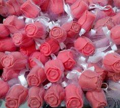 """Lindo e apaixonante sabonete 100% artesanal """"Botão de Rosa"""".    Fazemos em diversas cores e essência, vão embalados no tule, lacinho de cetim e tag personalizada."""