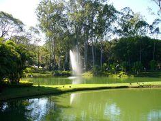 Inhotim é uma parte do distrito de Conceição de Itaguá, no município de Brumadinho-MG, a 60km de Belo Horizonte. Inhotim é um grande jardim botânico com obras de arte expostas a céu aberto ou em galerias. Quem for, com certeza voltará impressionado. São mais de 4.700 acessos, representando 181 famílias botânicas, 953 gêneros e aproximadamente 4300 espécies de plantas vasculares. Tamanha diversidade faz do Inhotim um espaço com a maior coleção de plantas vivas dentre os Jardins Botânicos…