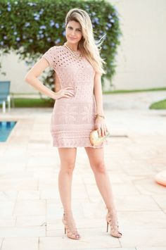 O vestido de crochê está super em alta nesse verão. Além de ser fresquinho e bonito é a cara do verão. Veja as blogueiras famosas que usam e onde encontrar.
