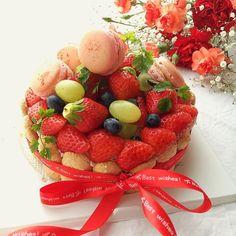 おはようございます(    )ノ #母の日 #母の日プレゼント  #母の日ギフト #シャルロットムース #カーネーション  私から大好きな母へ  一層目から #ロイヤルティーヌ #ホワイトチョコレートムース #スポンジケーキ #いちごムース  飾り付けは #マカロン #いちご #ブルーベリー #マスカット  周りに#ビスキュイ を飾って  オレンジ色と赤色のカーネーションとカスミソウとともに  #17歳が作る料理 #kaumo #kurashiru  #locari #コッタ #cooking #foodstagram #homemade #handmade #お菓子作り #手作りスイーツ #手作りマカロン #ムースケーキ #シャルロットケーキ #ビスキュイケーキ by coconattsu.218