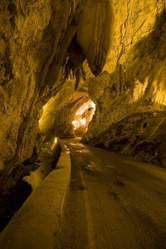 La cueva es el único acceso al pueblo de La Cuevona, Asturias, España