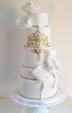 Tartas de boda - Wedding Cake - Elegant white wedding cake with ribbon details and gold designs Amazing Wedding Cakes, White Wedding Cakes, Elegant Wedding Cakes, Elegant Cakes, Wedding Cake Designs, Amazing Cakes, Gold Wedding, Camo Wedding, Wedding Gowns