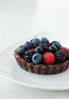Mixed Berry Tart: a refreshing summer treat that's super easy to put together (raw, vegan).