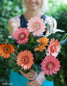 Gerbera Daisy flower tutorial from Lia Griffith Diy Bouquet, Spring Bouquet, Crepe Paper Flowers, Fabric Flowers, Handmade Flowers, Diy Flowers, Diy Paper, Paper Crafts, Diy Crafts