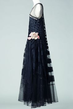 Striking Contrasts in Somber Simplicity: Jeanne Lanvin @ Palais Galliera, Paris Jeanne Lanvin, Vintage Gowns, Vintage Outfits, Vintage Fashion, French Fashion, Palais Galliera, Estilo Art Deco, Art Deco Fashion, Fashion Design