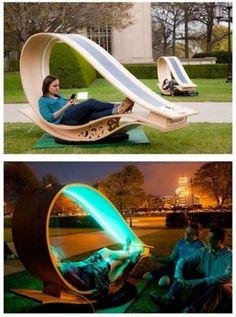 Chaise longue en bois avec lampe et panneau solaire intégrés. - Wooden lounge chair with lamp and integrated solar panel. multifonction autonome
