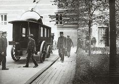 Rådhusgården, ca. 1907. beskrivelse  Kreditering: Københavns Museum   Nattens fangst af løse eksistenser føres fra Fattigvæsenets kontor til vognen til Sundholm.  Uploadet den 01.04.2010 af Københavns Museum        Indre By / Rådhuspladsen, (1900 - 1910), fattigdom   Tags: