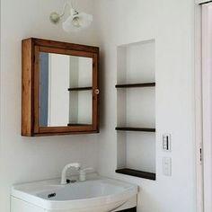 女性で、4LDKの半造作/カフェ風/ミルクガラス/照明/IKEAの鏡/IKEA…などについてのインテリア実例を紹介。「洗面所の鏡取り付けましたー! IKEAのミラーキャビネットをブライワックスで塗装。 大変だったけど満足(*´˘`*)♡ 取っ手は家にあったキラキラのやつに変更してます。」(この写真は 2016-03-25 12:08:22 に共有されました)