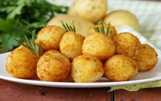 Delicious russet potatoes combined with shredded cheese, butter and egg make these wonderfully delicious Crispy Potato Bites. These Potato Bites are always a brunch favorite. Healthy Soup Recipes, Veggie Recipes, Great Recipes, Cooking Recipes, Favorite Recipes, Making Mashed Potatoes, Fried Potatoes, Russet Potatoes, Potato Croquettes