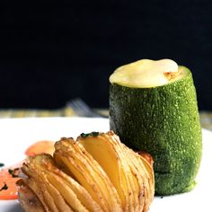 Recipe of stuffed zucchini with chicken. A delicious version to enjoy zucchinis, Swedish potatoes, and a side sauce Types Of Zucchini, Dole Pineapple Juice, Coconut Flan, Delicious Desserts, Yummy Food, Sliced Potatoes, Gluten Free Chicken, Restaurant Recipes, Gastronomia