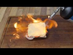 So machen Männer Toast, mit Feuer und Flamme! Mehr Rezepte: http://www.lohashotels.de/lohas-blogs/rezepte/index.html  Einen Lötbrenner braucht man schon, dann kann man überall, ganz ohne Küche, die feinsten Gerichte braten/backen. So ein Brenner hat immerhin eine Hitze von bis zu über 1750 Grad Celsius. Vorsicht ist geboten, ... (gerne repinnen erlaubt,es wäre mir eine Ehre).