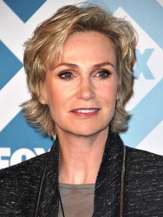 Best-Short-Haircuts-for-Older-Women-Jane-Lynch-Layered-Hair-Style