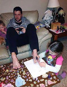 Una mujer sueña con tener una familia con un amoroso hombre, alguien que sepa el valor de pasar tiempo con la familia y ame cuidar a sus hijos sin importar si son niños o niñas. Hoy me derretí de amor al ver estas imágenes. Seguro te sucederá lo mismo. Recuerda compartirlo para que más hombres …