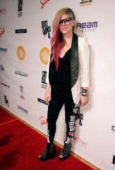 look at those studs. That dye job. Avril Lavigne--my idol. Avril Lavigne, Ramones, Punk Fashion, Girl Fashion, Ontario, Punk Princess, Rocker Style, Canada, Pop Punk