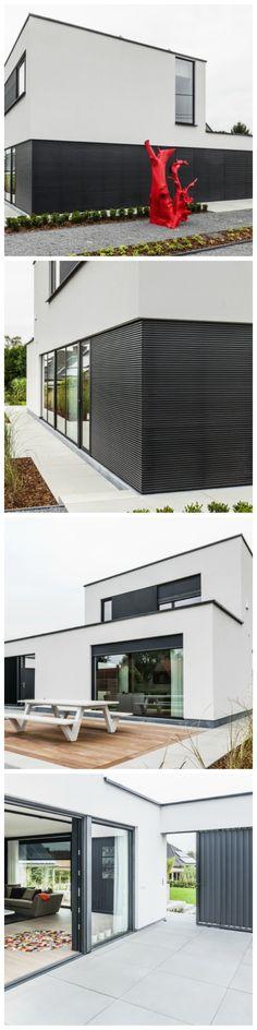 Nieuwbouw • modern • gevelpleister • aluminium lamellen • houten terras • binnenkoer • schuifraam • Foto: www.huyzentruyt.be #modernarchitecture