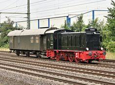 Am 29.07.2016 habe ich in Porta Westfalica diesen kleinen, schnuckeligen Zug vor die Linse bekommen.<br> V 36 412 -- 60 Km/h Vmax. und  geballte  360 PS. Die Lok wurde 1950 bei Mak in Kiel gebaut. 2002 von <br> Eisenbahn Tradition .eV. übernommen und 2004 betriebsfähig in Dienst gestellt.<br> Seitliche Aufschriften BH Münster - BW Lengerich - Am  Haken  BPw3yg 37004 Mst.<br> Vielen Dank an den Lokführer für den netten Gruß...