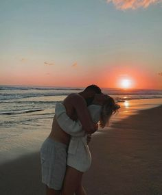-R Collections: Couples / Casais ; Couple Beach Pictures, Cute Couples Photos, Cute Couples Goals, Couple Goals, Couple Photos, Maternity Pictures, Couple On The Beach, Beach Pics, Prom Pictures