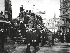 Tramway in Sydney Australia going to Watson's Bay to see the American Fleet) Penal Colony, Armistice Day, Blue Mountain, Sydney Australia, Historical Photos, East Coast, Worlds Largest, Crowd, Island