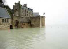 Grandes marées. Ce matin, le Mont-Saint-Michel est redevenu une île !