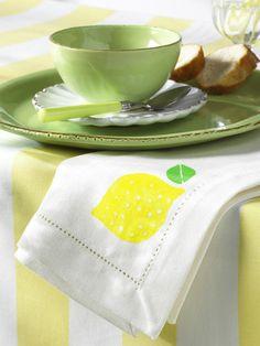 weißes PapierMoosgummiLochzangePappe (z.B. von einem Karton)Klebestift (z.B. von Pritt)Stoffmalfarbe in Gelb und Grün (z. B. von Marabu;