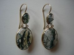 ANTIQUE VICTORIAN 9ct GOLD SCOTTISH MOSS AGATE DROPPER EARRINGS.