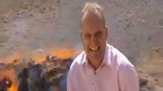 Reportero acaba colocado: Quentin Sommerville, el corresponsal de la BBC en Oriente Próximo, publicó un vídeo en Youtube grabado hace 4 años de un reportaje sobre la quema de drogas en Afganistán.  En el vídeo se le ve claramente colocado al lado de una pila enorme de heroína, opio y hachís en llamas donde es incapaz de empezar la explicación debido a los ataques de risa por la inhalación de la droga.