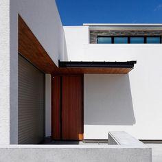「ビルトインガレージのある平屋の家」 ガレージと玄関と庇 屋根の素材感を出す事で、陰影を創り出し、オリジナリティーが生まれます。 木造1階(一部天井高さ4M)建 在来工法 長期優良住宅、耐震&制震工法採用、ZEH住宅 ゼロエネルギー住宅 #玄関#アプローチ#光 #青空#緑#ガーデニング #コンクリート #黒#グレー#タイル#外構工事 #インテリアデザイン#マイホーム #注文住宅#家#兵庫県#暮らし #丁寧な暮らし#ガレージ #ゼロエネルギー住宅 #casa#interiordesign #approach #architecture #house#home#dwelling #design#garden#decoration