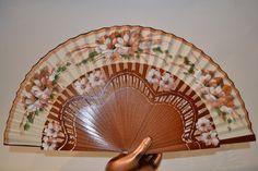 Abanico Flores Marrones de madera. Calado y pintado a mano. Cuenta con el sello de Artesania Española. Precio.- 39,94 € Más información: www.artesania-alla.es