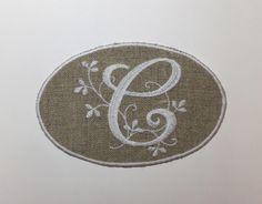 """MONOGRAMME LETTRE """"C"""" DANS MÉDAILLON BRODERIE BLANCHE : Autres pièces pour créations par marsanna-creations-broderies"""