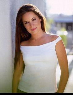 A gallery of Charmed publicity stills and other photos. Featuring Alyssa Milano, Rose McGowan, Holly Marie Combs, Shannen Doherty and others. Holly Marie Combs, Serie Charmed, Charmed Tv Show, Pretty Little Liars, Charmed Season 6, Beautiful Celebrities, Beautiful People, Beautiful Things, Piper Charmed